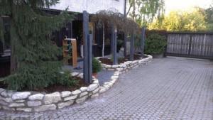 Schieferstelen und Mauerplatten