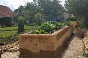 Hochbeet aus Tuff-Mauersteinen selbst bauen