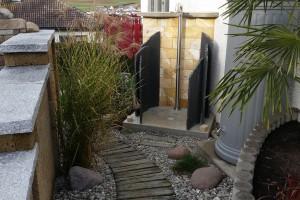 Gartendusche mit Natursteinen