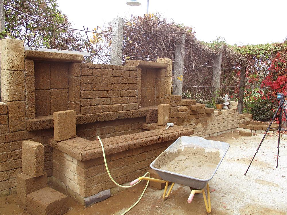 aufbau einer ruinenmauer aus tuff mauersteinen natursteinblog. Black Bedroom Furniture Sets. Home Design Ideas