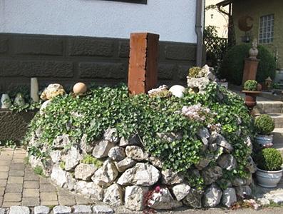 Mauer mit Jurakalk Wasserbausteinen, optimal für Pflanzen und Tiere
